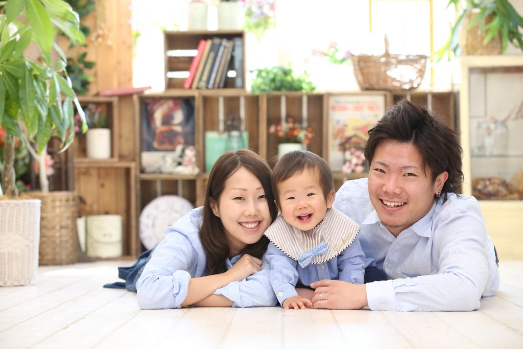 お揃いのシャツで家族写真撮影